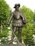 Статуя сэра Уолтера Рейли в Лондоне